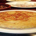 Tortilla de patatas sin huevo hecha con harina de garbanzo